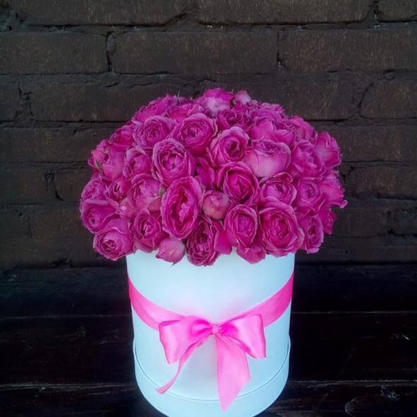 29 пионовидных роз Мисти Баблс в шляпной коробке