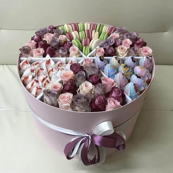 Сладкие сюрпризы в коробке с цветами
