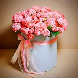 Персиковая кустовая роза в шляпной коробке