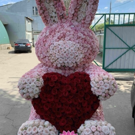 Заяц из пионовидных кустовых роз высотой 150 см