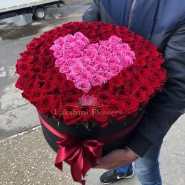 Розы в шляпной коробке с сердцем
