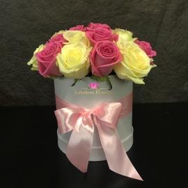 Розовые и белые розы в шляпной коробке