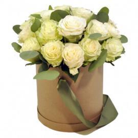 Белые розы в шляпной коробке с эвкалиптом
