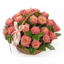 25 персиковых роз в корзине с зеленью