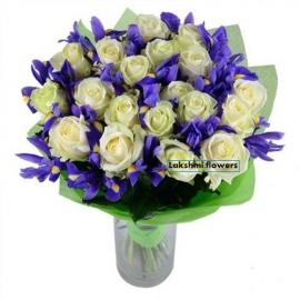 Букет белых роз с ирисом