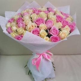 75 розовых и персиковых роз