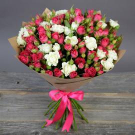 Букет из 51 кустовой малиновой и белой розы