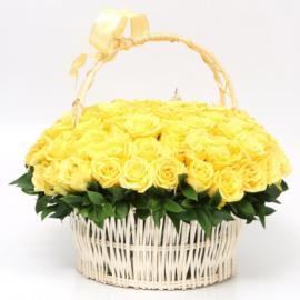 101 желтая роза в корзине