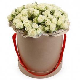 Белая кустовая роза в шляпной коробке