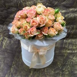 Персиковые розы в шляпной коробке