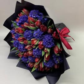 Красные тюльпаны с гиацинтами