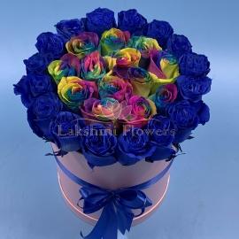 29 сине-радужных роз в шляпной коробке