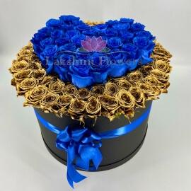 Золотые розы с синим сердцем в коробке